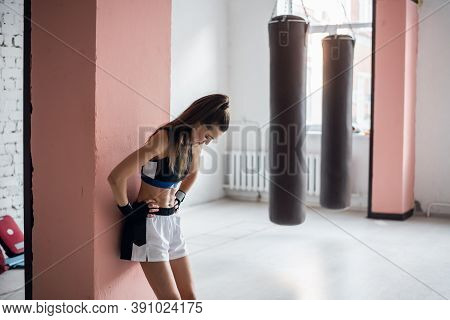 The Female Athlete Was Tired In Training And Leaned Against The Wall To Rest