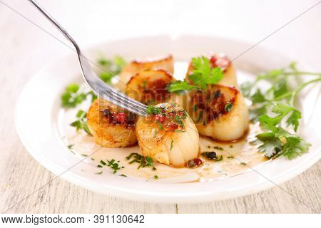 seared scallop with herb in plate