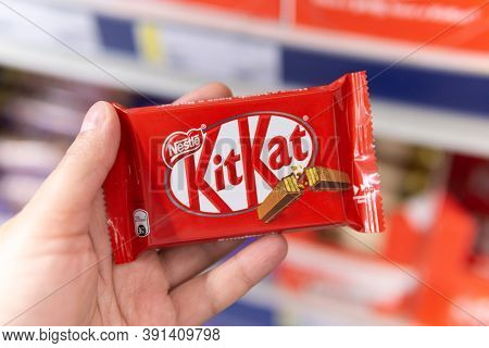 Tyumen, Russia-october 11, 2020: Nestle Kit Kat Candy Bar Selective Focus. In The Hand Of A Hypermar