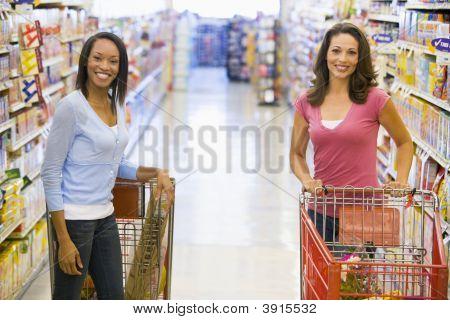 Mujeres charlando en supermercado