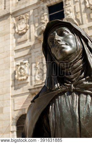 Avila, Spain - August 2020, 14: Selective Focus Image Of The Bronze Statue Of St. Teresa Of Jesus In