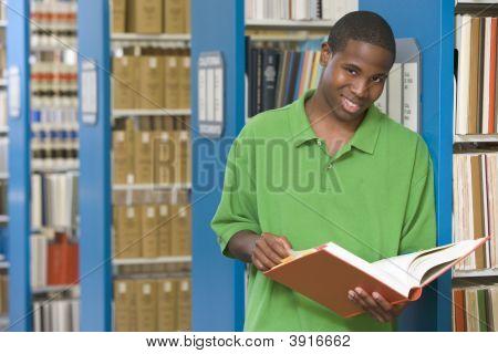 Man-in-Bibliothek, Buch (Depth of Field) hält