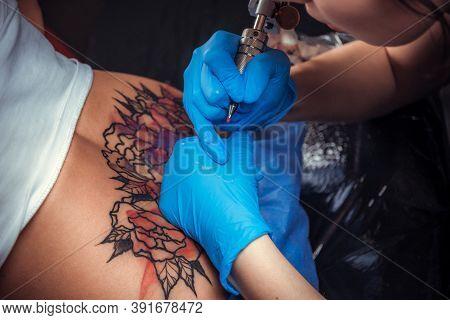 Professional Tattooer Makes Cool Tattoo In Tattoo Parlor