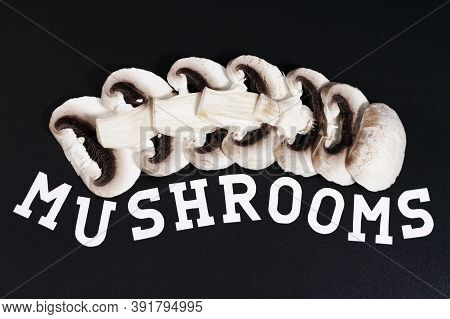 A Group Of Champignons Are Arranged Horizontally Overlapping. Below Is Written Mushrooms.