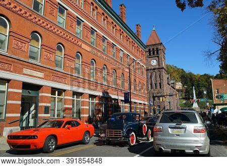 Jim Thorpe, Pennsylvania, U.s - October 17,2020 - The View Of The Traffic In Front Of The Red Courth