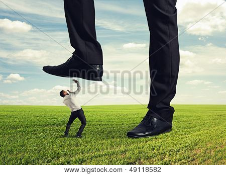 Jefe pisoteo abajo en la tierra su subordinado