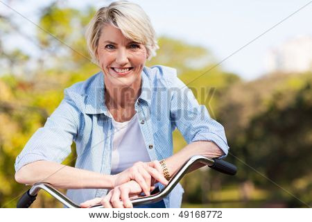 close up Portrait of senior Woman auf einem Fahrrad