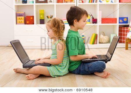 Kinderen met Laptops - computergeneratie