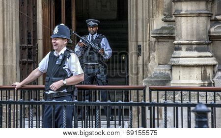 London Two Policemen Front Of Westminster Palace-2