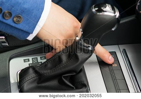 the driver to turn on the thumb switch the engine off button for driving in traffic jams on the road