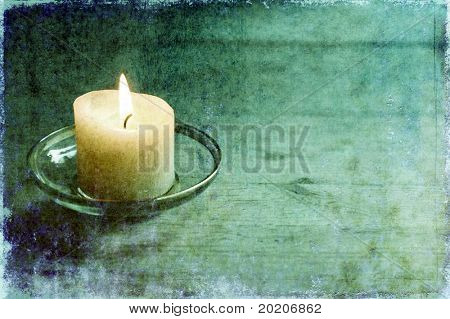 Abbildung einer schönen beleuchteten Kerze auf hellen Holztisch