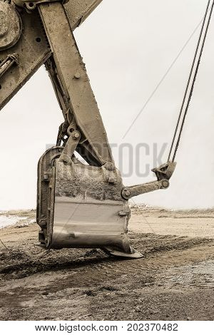 Bucket of a mining excavator with a mechanical drive and flexible suspension of working equipment
