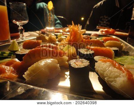 Plateau de sushis maison lors d'une soirée