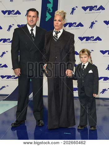 LOS ANGELES - AUG 27:  Carey Hart, Pink and Willow Hart arrives for the MTV Video Music Awards 2017 on August 27, 2017 in Inglewood, CA
