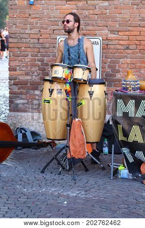 Ferrara, Italia - August 27, 2017: The Ferrara Buskers Festival is dedicated to the art of the street. Artists sing their music perform in the street. Buskers Festival. MAMIHLAPINATAPAI