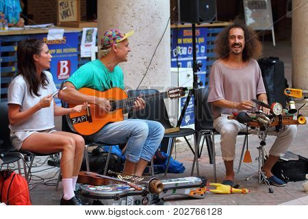 Ferrara, Italia - August 27, 2017: The Ferrara Buskers Festival is dedicated to the art of the street. Artists sing their music perform in the street. Buskers Festival. Zap