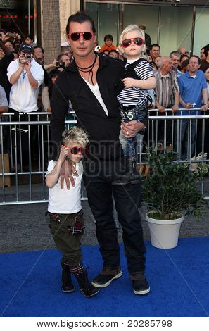 LOS ANGELES - JAN 23:  Gavin Rossdale. with Kingston & Zuma Rossdale, arrives at the