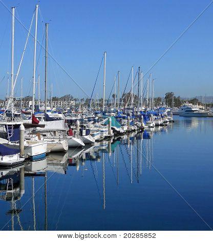 Reflexionen in einer Marina