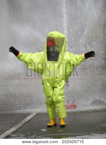 Person with protective suit with air filtering system to breathe during a fire or during a bacteriological attack