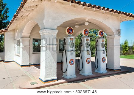 Bakersfield, Ca/usa - August 28, 2010: Vintage Phillips 66 Gas Station. Union 76 Is A Chain Of Gas S