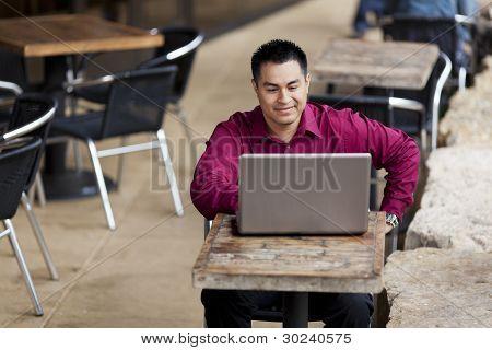 Empresario hispano - teletrabajo de cibercafé