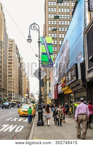 Manhattan, New York, Usa - 29 September, 2016: Pedestrians Making Their Way Along 8th Avenue In Down