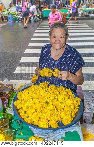 Bangkok, Thailand - May 12, 2009: Unidentified Woman Sells Flowers At The Flower Market Pak Klong Th