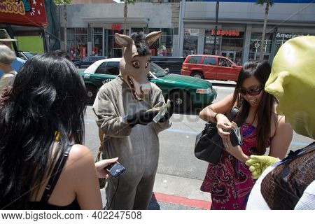 Hollywood, Usa - July 5, 2008: Actors Are Dressed As Hollywood Doubles And Offer Photos With Tourist