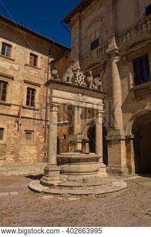The Well Of The Griffins And Lions, Il Pozzo Dei Grifi E Dei Leoni, Outside Palazzo Nobili-tarugi In
