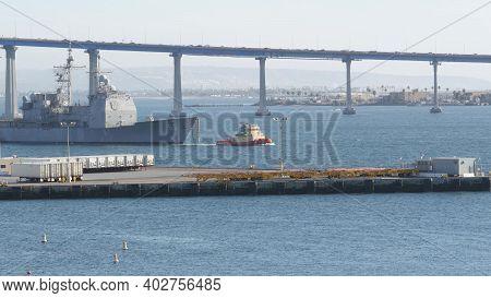 San Diego, California Usa - 13 Feb 2020: Tugboat Pulling Uss Chosin Cg-65, Military Warship Of Us Na