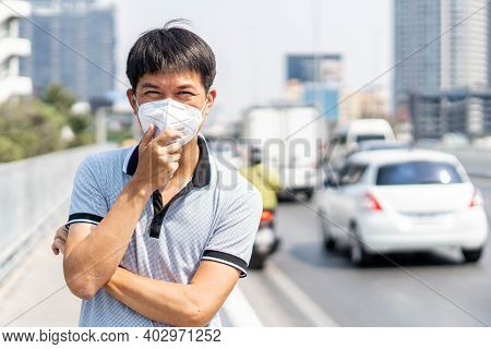 Man Wearing Face Mask Protect Filter Against Air Pollution (pm2.5) Or Wear N95 Mask At City Road In