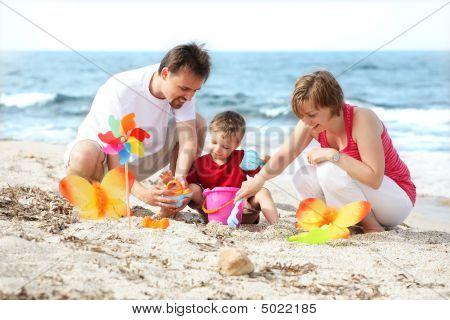 Boldog család a strandon