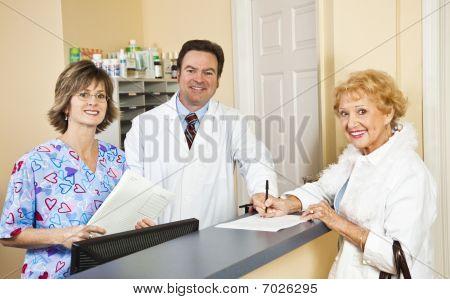 Médico e funcionários cumprimentam o paciente