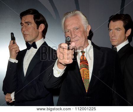 LOS ANGELES - DEC 15:  George Lazenby, with his Wax figure at the Madame Tussauds Hollywood Reveals All Six James Bonds In Wax at the TCL Chinese Theater on December 15, 2015 in Los Angeles, CA