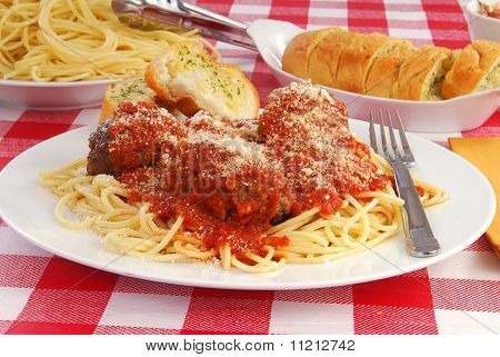 Spaghetti And Garlic Toast