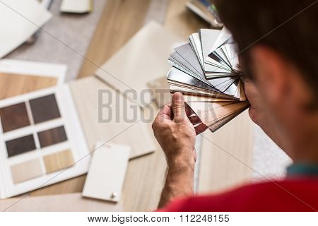 Man chosing the right flooring for his house/appartement
