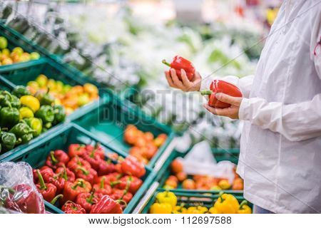 blur background of people shopping in supermarket