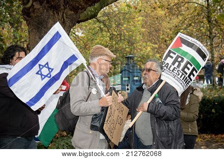 4th November 2017 London United Kingdom:-A pro Israeli and pro Palestine protester meet outside the US embassy in London