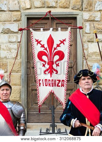 Traditional Florentine Guards With Flag Posing In Front Of Tourists.