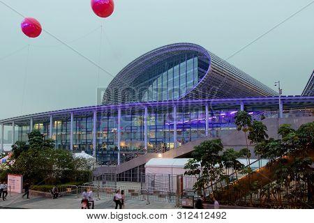 China, Guangzhou, 15-10-2018. Guangzhou Cantonese Exhibition Fair, Glass Building, The Main Entrance