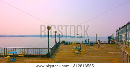 Seaside Restaurant At Evening In Seattle, Washington, Usa (mai 9, 2019) Downtown Seattle,sit On The