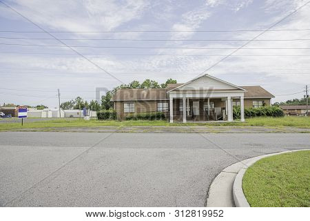 Vidalia, Georgia, Usa / July 19, 2019: A Rundown Residential And Commercial Property In A Suburban A