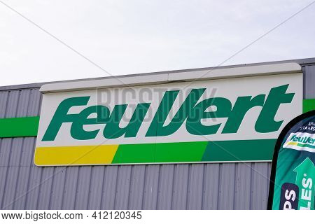 Bordeaux , Aquitaine France - 03 08 2021 : Feu Vert Car Shop Logo Brand And Text Sign Front Of Stati