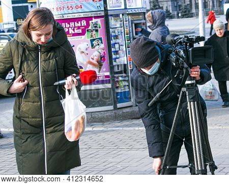 Dnepropetrovsk, Ukraine - 03.11.2021: Young Journalist And Cameraman Use A Professional Video Camera