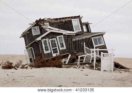 MANTOLOKING, NJ - 13 de ene: Una casa inclinada de su fundación en la playa de 13 de enero de 2013 en el Manto