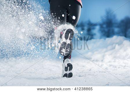 Mulher de funcionamento de Inverno
