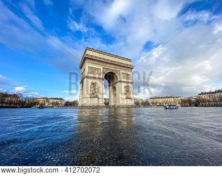 Paris, arc de triomphe during a cloudy day
