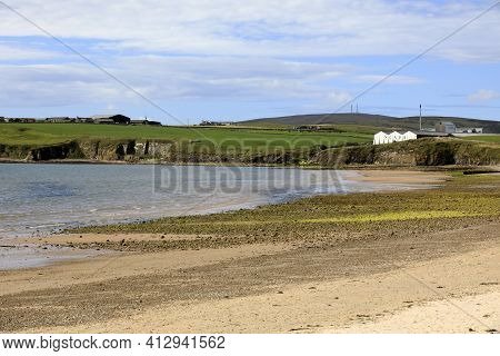 Orkney (scotland), Uk - August 06, 2018: Scapa Bay Near Kirkwall In Orkney With The Scapa Distillery