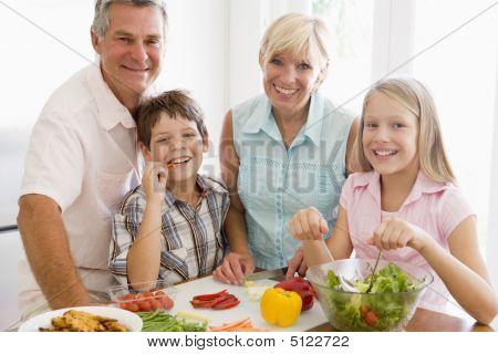 Abuelos y nietos preparan una comida, comer juntos