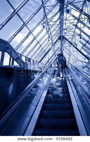 Menschen, die auf Rolltreppe im modernen Businesscenter
